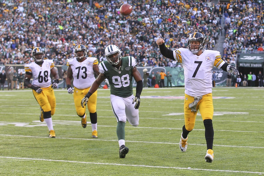 Pittsburgh Steelers quarterback Ben Roethlisberger (7) throws a pass while being pursued by New York Jets outside linebacker Quinton Coples (98)   Mandatory Credit: Ed Mulholland-USA TODAY Sports